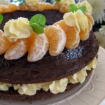 Шоколадов сладкиш с глазура и мандарини
