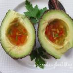 Авокадо с дресинг от бял винен оцет, мед и цветни чушки