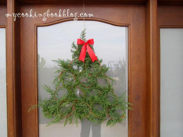 Декоративна елха с клонки от кипарис