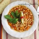 Пикантен фасул с моркови, целина и домати