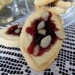 Бисквити с крема сирене, мармалад и филирани бадеми