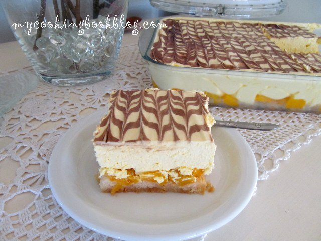 Десерт с бишкоти Савоярди, компот от праскови, сметана и крем карамел
