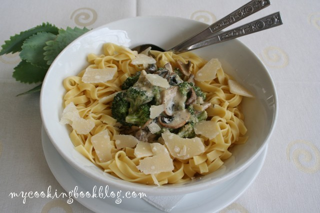 Талятеле (Tagliatelle) с броколи, синьо сирене и гъби