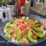 Салата с айзберг, скариди, авокадо и рулца от раци